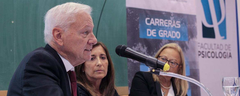 El rector Hugo Juri dice unas palabras en el acto de lanzamiento de una nueva carrera de la Facultad de Psicología de la UNC