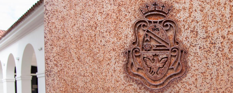 Escudo de la UNC en placa del Patio de las Palmeras