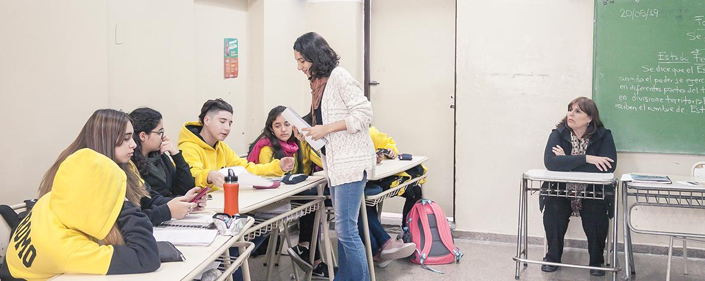 Estudiantes en un aula de escuela pública