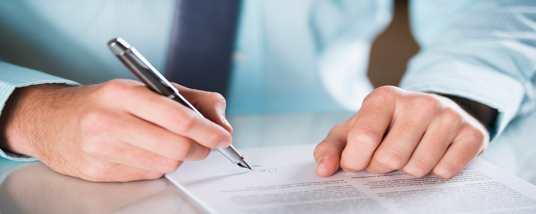 persona firmando una declaracion jurada