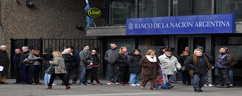 Personas haciendo fila en Banco Nación